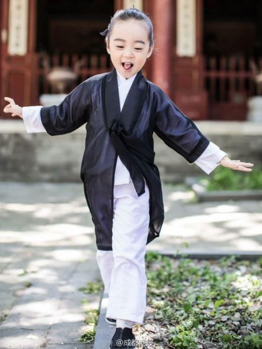 清华南都发出一组最萌小道士照片,三个小道士萌态可掬,可爱值爆表.