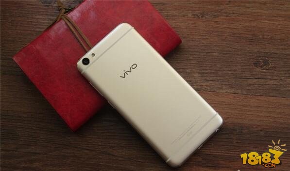 铝合金一体成型机身 机身正面搭载一块5.2英寸1080P的AMOLED屏幕带来更震撼视觉表现。不知不觉采用AMOLED屏幕的vivo手机在数量上已经能够组团了:无 论是薄动心弦的vivo X5Max,唯美相遇的vivo X5Pro,还是够快才畅快的vivo X6/X6Plus以及升级版vivo X6S /X6S Plus,抑或是年度旗舰vivo Xplay5和vivo Xplay5旗舰版,清一色都是AMOLED屏幕。经过这几年的工艺改 进,AMOLED屏幕无论是在显示效果和阳光下可视性上都得到了长足进步