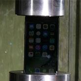 """液压机暴虐iPhone7 """"硬扛""""1秒后被碾成渣"""